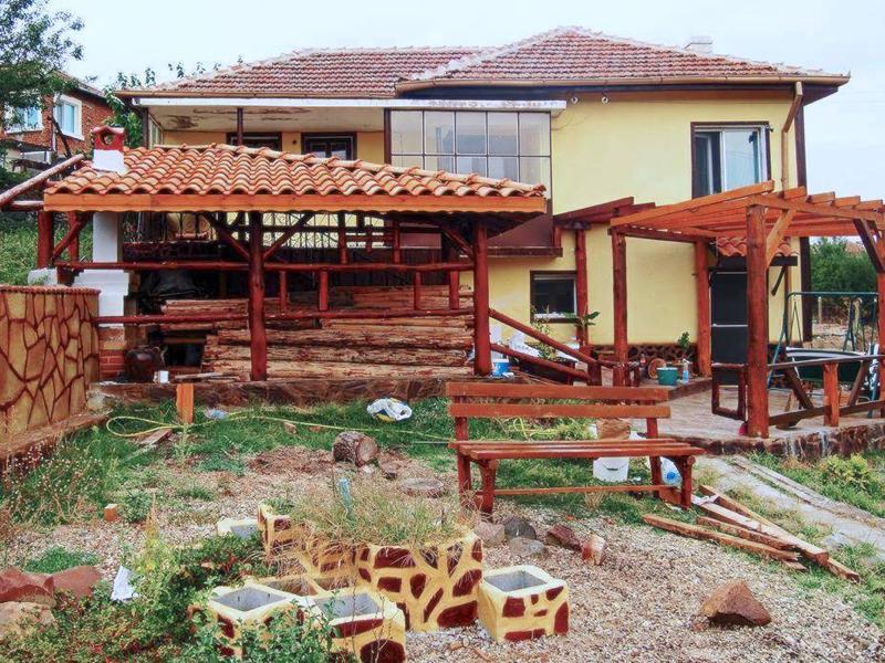 Zweistöckiges renoviertes und komplett eingerichtetes Haus