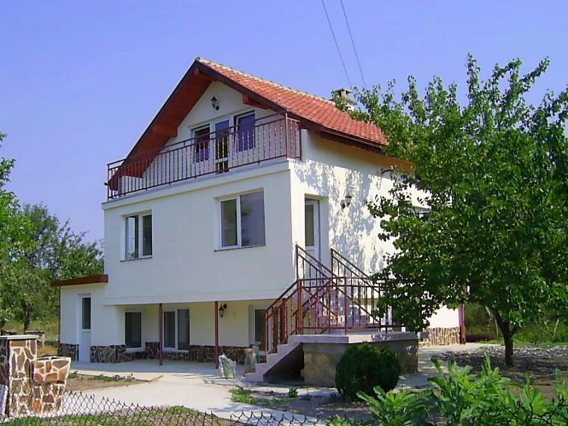 Renoviertes dreistöckiges Haus in einer hügeligen Gegend, Provadia, Varna