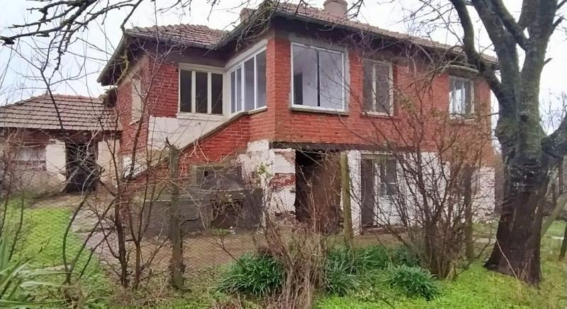Massives zweistöckiges Haus mit 2480 qm Grundstück, Nähe Bolyarovo für 5 200 EUR!