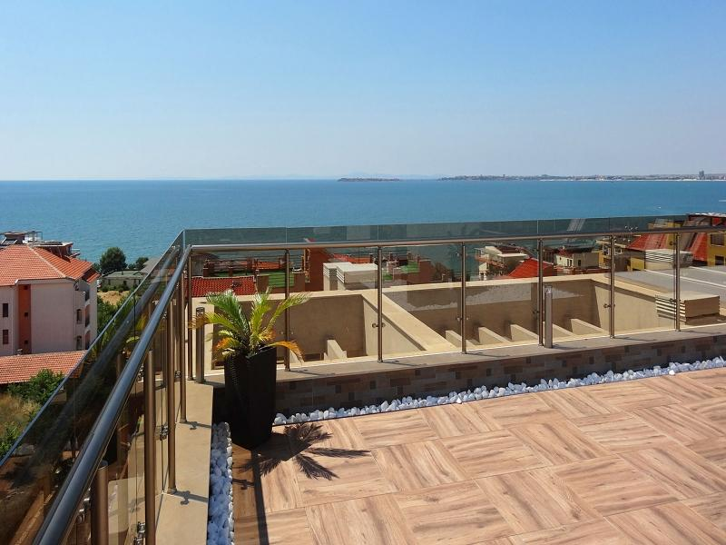 Luxurious two bedroom apartment with sea view, 100 m from the beach