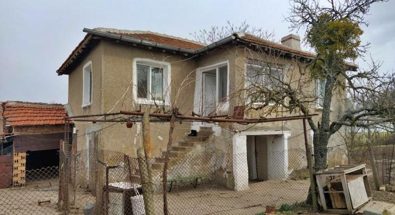 Solid two-storey house with 4500 sq.m land near Bolyarovo for 9500 EUR!