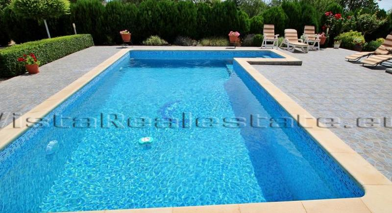 4 bedroom house with a pool, near Dobrich, Balchik and the sea