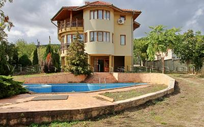 4 bedroom house with a pool and sea view