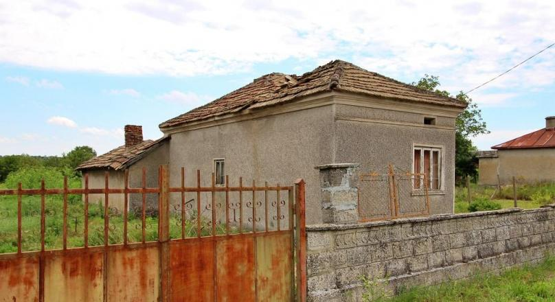 House for renovation with 3000 sq plot near the sea