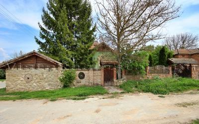 Schönes neu gebautes Haus in einer hügeligen Gegend, in der Nähe Dobrich Stadt