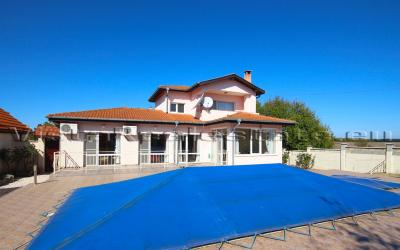 3 bedroom house with swimming pool near the sea