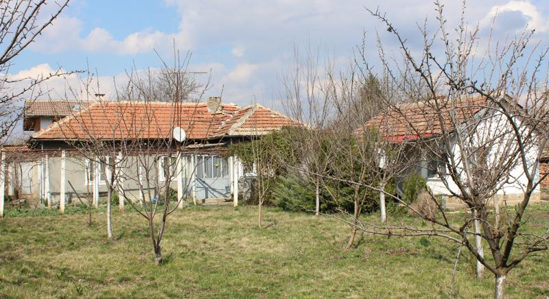 Two houses in good condition 30 min to the sea