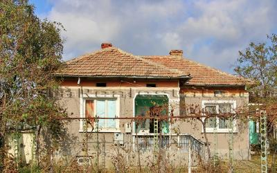 Two bedroom house close to a town